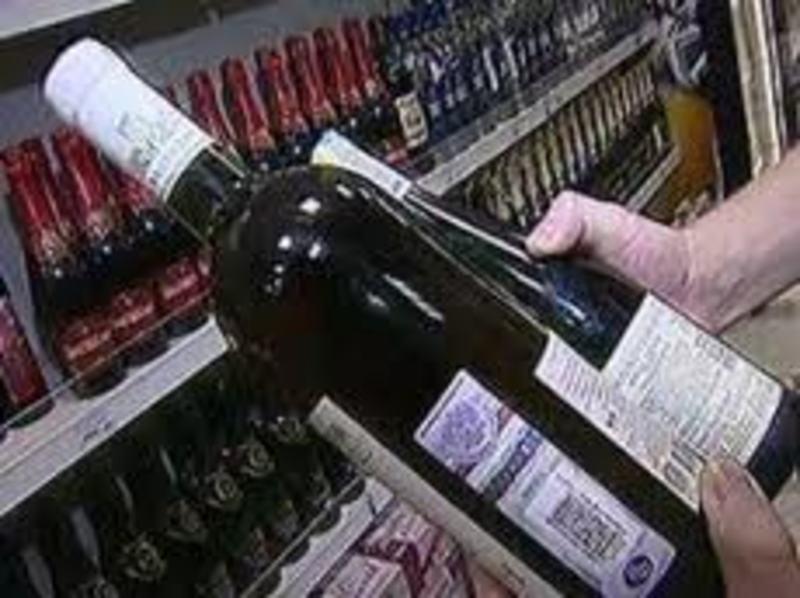 Паленым алкоголем торговали в одном из элитных супермаркетов Владивостока.