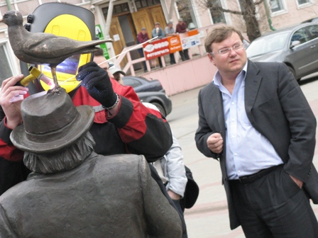27 мая чайку снова вернули на шляпу Писахову. Надолго ли? Фото с сайта мэрии arhcity.ru